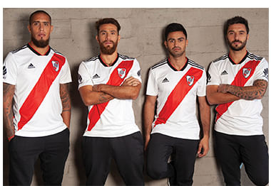 107904c00 Parte del kit de casa del Club Atlético River Plate